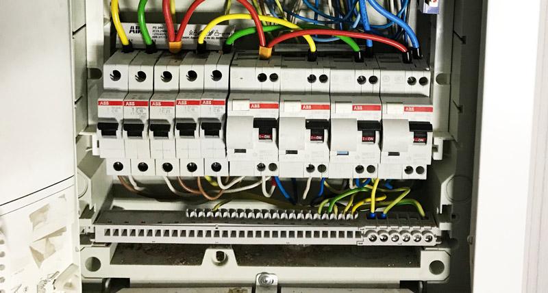 разводка внутри электрощита на автоматах ABB серии SH с последствиями перекоса рейки